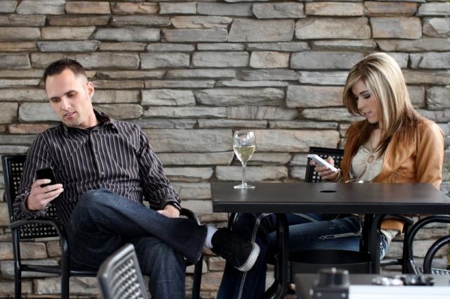 Dating-Couple-CellPhones.jpg